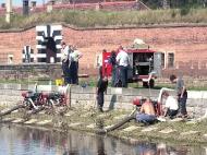 Hasiči 19. srpna začali před šestnáctou hodinou odpoledne odčerpávat vodu ze zaplaveného Národního hřbitova u Malé pevnosti